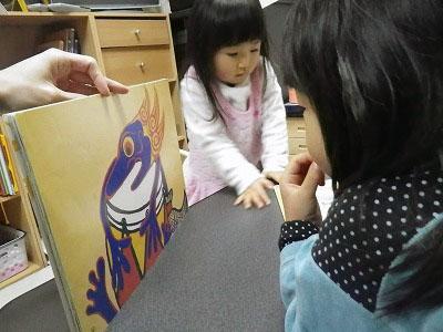 紙芝居をみる幼児