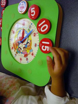 ドラゼミのかけ時計で遊ぶ娘5