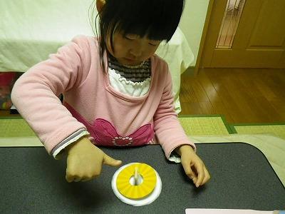 幼児教材「かんがえてはっけんえほん」で円盤を回しています
