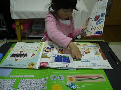 幼児教材はシール貼りで興味を引くといいようです